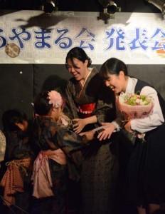 後輩たちからお祝いを受け取る(右から)政木さん、畠さん