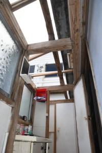 洗面所部分のトタン屋根が一部吹き飛ばされた木造住家=29日午前10時50分ごろ、龍郷町安木屋場