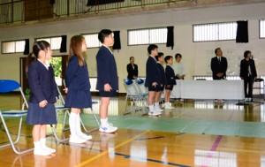 修了証書を受け取り、校歌を歌う児童=25日、瀬戸内町の嘉鉄小学校