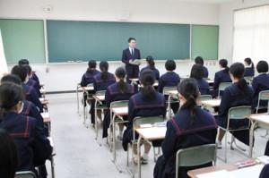 試験開始を待つ受験生=5日、奄美市名瀬の県立大島高校(提供写真)