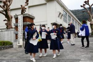 試験会場を後にする受験生=6日、奄美市名瀬の県立大島高校