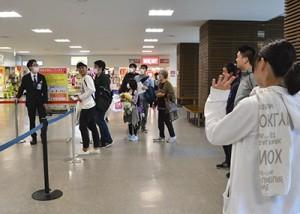 搭乗客、見送り客にマスク姿が目立った出発ゲート前=31日、奄美市笠利町の奄美空港出発ロビー