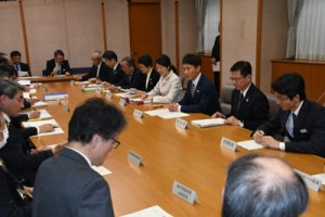 政府の基本的対処方針などについて説明があった対策本部の会議=30日、鹿児島市の県庁