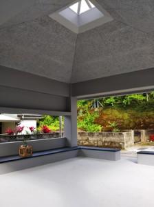 古い木のはりから鉄筋コンクリートへと生まれ変わった天井部分=29日、宇検村阿室