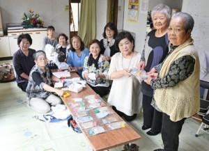 手作りマスクを製作する亀津北区女性連の会員=26日、徳之島町亀津