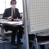 感染症拡大の影響で業績が悪化した事業主らを対象にした緊急個別経営相談会=10日、奄美市名瀬の奄美大島商工会議所