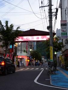 感染症の影響で週末も人通りが減った奄美市の歓楽街。25日からさらに多くの店舗が休業や営業時間短縮を行う=24日、同市名瀬