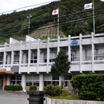 来月から耐震改修工事が始まる大和村役場庁舎=28日、同村