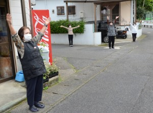 間隔を空けてラジオ体操を楽しむ参加者=27日、奄美市名瀬平田町
