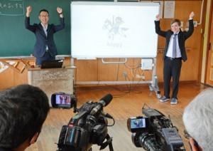英語の学習動画を制作する和泊小の教諭やサンサンテレビの担当者ら=24日、和泊町
