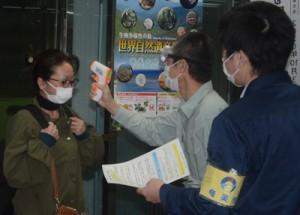 下船客への検温を実施する県職員と市職員ら=29日、奄美市の名瀬港待合所