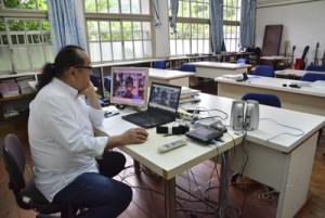 ビデオ通話でオンライン授業を行う福山校長=21日、奄美市名瀬
