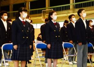 入学許可を受けた古仁屋高校の新入生=7日、瀬戸内町