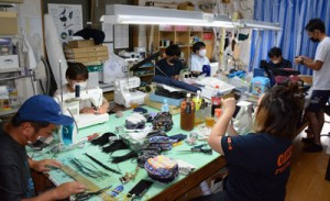 配布用に布マスクを製作した和泊町連合青年団の団員