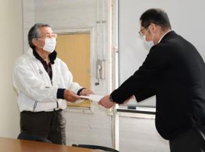要望書を提出する奄美の自然を考える会の森山力藏事務局長(左)=3日、龍郷町役場