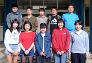 古仁屋高校に入学する留学生=6日、同町の古仁屋高校