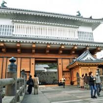 復元工事を終え、多くの市民が訪れた御楼門=12日、鹿児島市