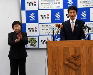定例会見で質問に答える三反園知事(右)と、会見の内容を伝える手話通訳士=10日、鹿児島市の県庁