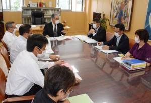 新型コロナウイルスの感染拡大防止へ向け情報を共有した和泊、知名の両町の連絡会議=2日、和泊町役場