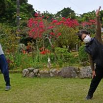 庭先で島口ラジオ体操に汗を流す町民=11日、龍郷町