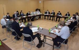 島内で初の新型コロナウイルス感染者確認を受けて開かれた、沖永良部現地対策協議会=3日、和泊町