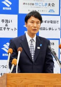 奄美市での新型コロナウイルス感染者確認を受け記者会見する三反園知事=17日午後7時半すぎ、県庁