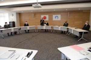 来島自粛を呼び掛ける共同メッセージを発信する奄美大島の首長ら=10日、奄美市名瀬