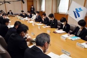 新型コロナウイルス感染症の状況などを報告した対策会議=3日、鹿児島市の県庁