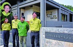(右から)後藤さん、仲田さんが着任してレンジャー5人体制になった奄美群島国立公園管理事務所=9日、大和村