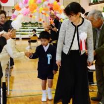 新1年生1人を迎えた佐仁小学校の入学式=6日、奄美市笠利町