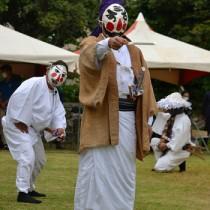 一番組が奉納した「三者囃子」=7日、与論町の地主神社