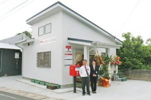 ②2年ぶりに再開した荒木簡易郵便局と村田局長夫妻=13日、喜界町荒木