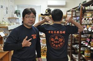 名音集落青壮年団が製作した「奄美岳Tシャツ」=14日、大和村