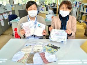 住民へ配布する布マスク作りの協力者を募集する職員=27日、龍郷町役場