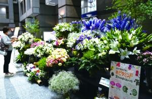 ロビーに展示されている約5千本の切り花=28日、鹿児島市の県庁