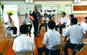 課題解決に向け専門家と意見交換する生徒=28日、徳之島町亀津