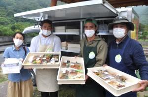 移動販売車で夕ご飯用総菜などの販売を始めた、まるごと大和村のメンバーら=12日、同村津名久