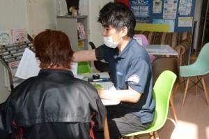 生活福祉資金への相談を受ける職員(右)=7日、奄美市社協