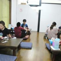 約2カ月半ぶりに再開した「子ども食堂 まごの手」で食事を楽しむ親子(提供写真)