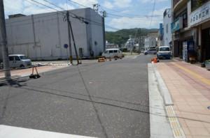 都市計画道路の港町工区。手前は19年度に整備した道路で、奥が今年度着工予定箇所=4月30日、奄美市名瀬