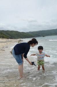 人気がまばらな大浜海浜公園で磯遊びをする親子=16日、奄美市名瀬