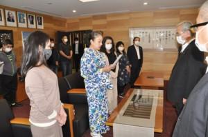 朝山市長に要望書を提出した社交飲食業組合の理事ら(左側)=7日、奄美市役所