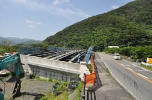 柳橋の架け替え工事などが進む住用川の流域防災工事現場=13日、奄美市住用町