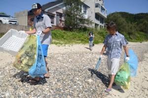 倉崎海岸の浜辺で清掃を行う龍郷ダイビング組合のメンバー=14日、龍郷町芦徳