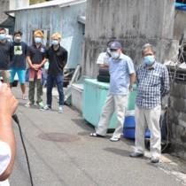 マスクを着用し、候補者の演説に耳を傾ける有権者ら=19日、大和村