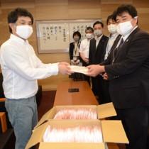 市職員にマスクを納品する原主任研究員(左)=22日、奄美市名瀬