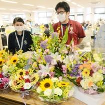奄美市職員有志が販売業者から購入した色とりどりの生花=20日、同市名瀬