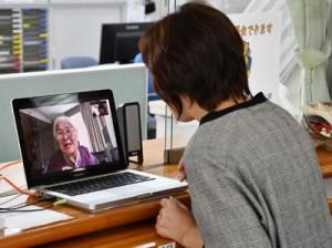画面越しに義母の志保子さんと会話する村田のぶ枝さん(右)=1日、奄美市名瀬の介護老人保健施設虹の丘