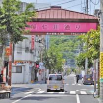 飲食店など多くの店やビルが立ち並ぶ屋仁川通り=1日、奄美市名瀬