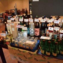 飲食店の入口に用意された量り売り用の酒セット=18日、奄美市名瀬